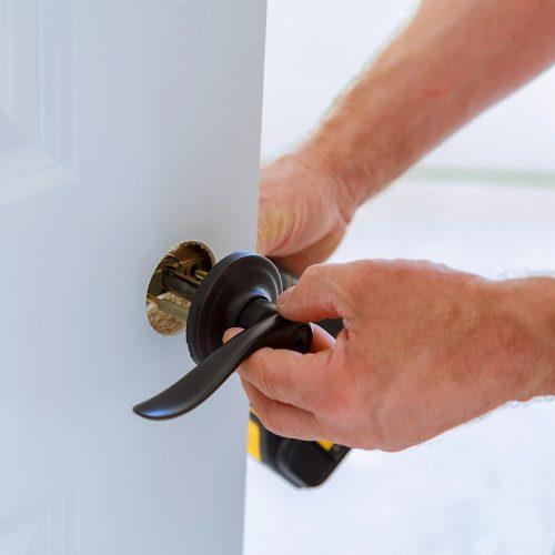 carpenter installation door lock